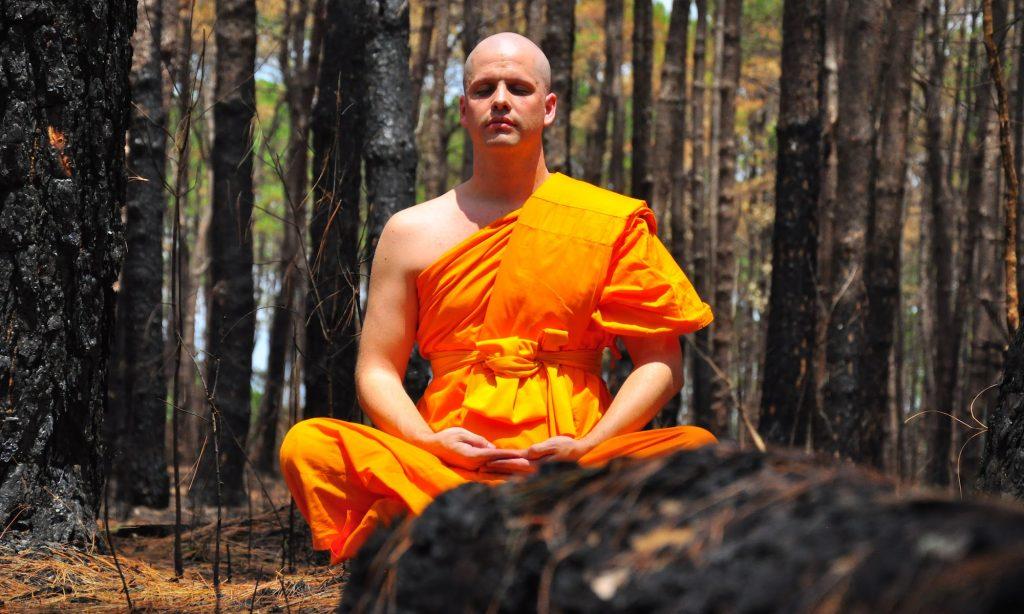 Foto af mediterende munk, coach og terapeut